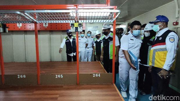 Suasana di KM Umsini tempat isolasi mandiri pasien COVID di Laut Makassar.