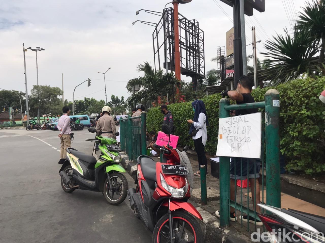 Sulit Bayar Sewa Toko, Tukang Service Handphone Pindah ke Jalan