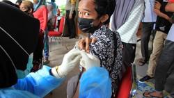 Badan Intelijen Negara bersama pemerintah provinsi setempat menggelar vaksinasi massal untuk pelajar untuk mendukung dan mempercepat program vaksinasi nasional.