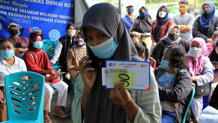 Seorang pelajar menerima suntikan vaksin COVID-19 di Puskesmas Dumai Kota, Dumai, Riau, Selasa (13/72021). Otoritas kesehatan Dumai mulai melayani vaksinasi COVID-19 bagi pelajar yang berumur 12 hingga 17 tahun di puskesmas sebelum dimulainya pembelajaran tatap muka langsung pada tahun ajaran baru. ANTARA FOTO/Aswaddy HamId/aww.