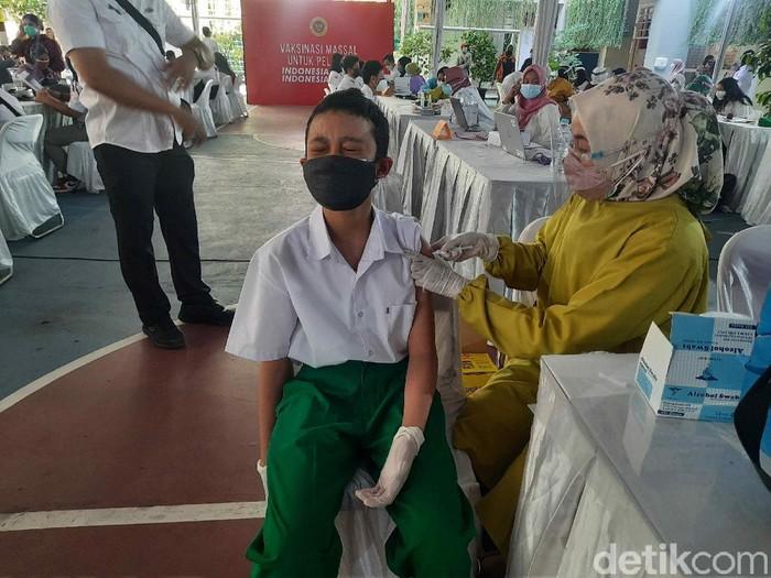 Vaksinasi COVID-19 bagi siswa usia 12-17 tahun digelar di SMPN 1 Surabaya. Ratusan siswa dari SMPN 1 dan SMPN 6 antusias menjalani vaksinasi.