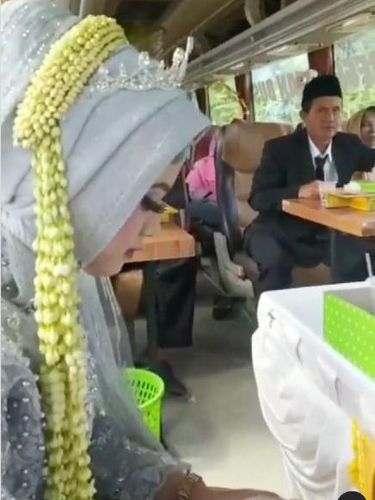 Viral Menikah di Bus