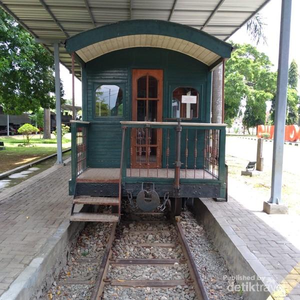 Tampak kereta pada sisi kanan museum