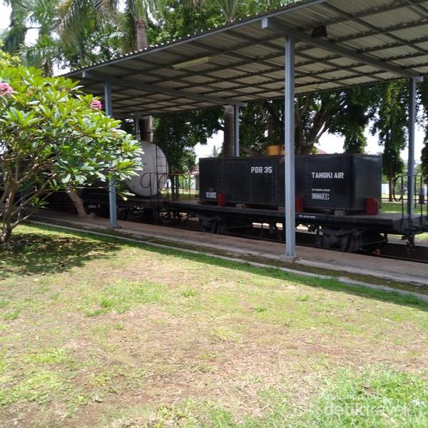 Tampak gerbong kereta dengan berbagai bentuk