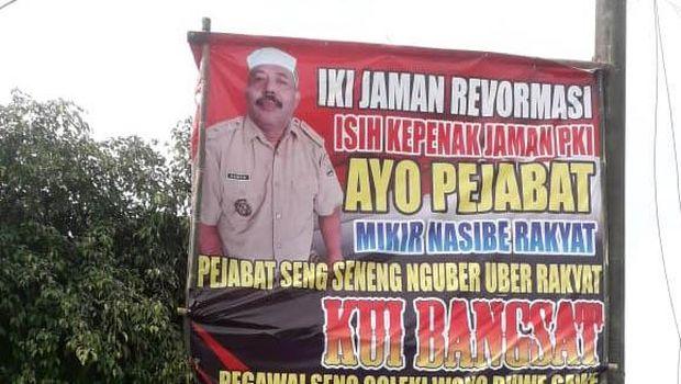 Seorang Kades di Jenar, Sragen, Jateng, Samto, memasang baliho mengritik kebijakan PPKM Darurat yang diberlakukan pemerintah. Baliho itu menyematkan kalimat 'Masih enak zaman PKI'.