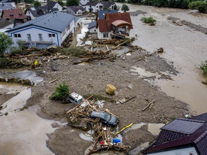Sedikitnya 20 orang tewas akibat hujan deras dan banjir yang melanda wilayah Jerman bagian barat. 70 lainnya dilaporkan hilang.