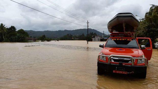 Banjir melanda Kalbar yakni di Kabupaten Mempawah dan Kabupaten Kapuas Hulu. Lebih dari 4.800 warga di dua kabupaten tersebut terdampak banjir. (dok BNPB)