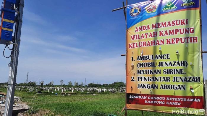 Warga Kelurahan Keputih merasa terganggu dengan suara sirine mobil jenazah yang menuju TPU Keputih. Satgas COVID-19 Surabaya sudah sosialisasi agar mobil jenazah yang menuju TPU Keputih tak membunyikan sirine.