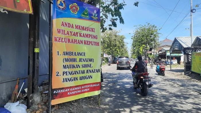 pada Rabu (14/7) malam dipasang banner di pintu masuk Kelurahan Keputih. Dalam banner tersebut, warga meminta semua mobil jenazah mematikan sirine saat melintas di Keputih, dan para pengantar jenazah tidak arogan.