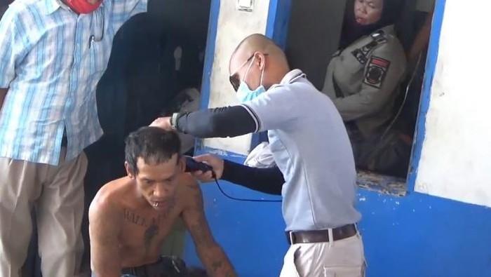 Belasan anak punk terjaring razia di Tanjungbalai. Beberapa anak punk yang diamankan langsung disanksi berupa cukur rambut hingga botak (dok Istimewa)