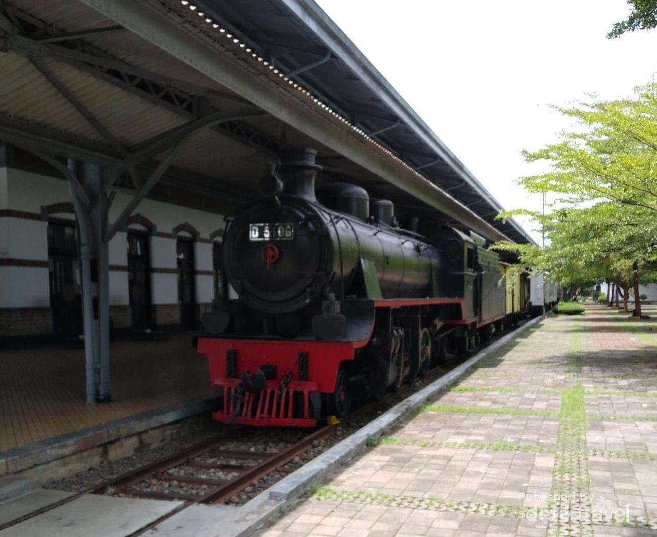 Museum ambarawa menyimpan berbagai lokomotif uap dan diesel.
