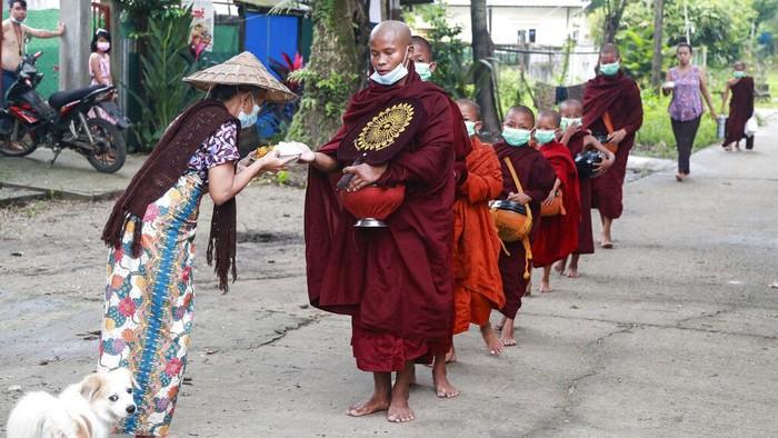 Sejumlah bisku berkeliling kampung di Myanmar. Mereka mengumpulkan sedekah untuk biaya pendidikan dan kehidupan guru dan biksu muda di sejumlah sekolah di Myanmar.
