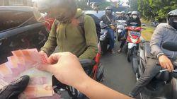 Viral Pemotor Moge Setop di Pinggir Jalan Terus Bagi-bagi Uang, Didoain Netizen