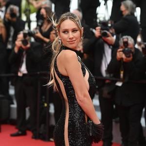 9 Potret Gaya Seksi Putri Sean Penn di Cannes, Area Intim Hampir Terekspos