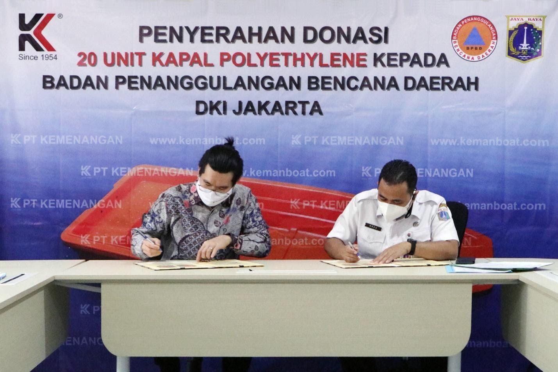 enandatangan berita acara serah terima donasi kapal oleh Direktur Operasional PT Kemenangan dan Plt Kepala BPBD