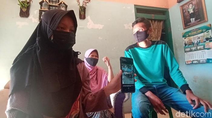 Seorang gadis ABG NR (14) di Kudus, Jawa Tengah menjadi korban teror pelemparan tinja. Polisi pun kini memburu oknum pelempar tinja tersebut.