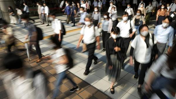 Warga Jepang ramai-ramai meninggalkan Indonesia di tengah kasus Corona yang melonjak drastis. Mereka disebut bakal kembali ke Indonesia setelah vaksinasi. AP Photo/Kiichiro Sato.