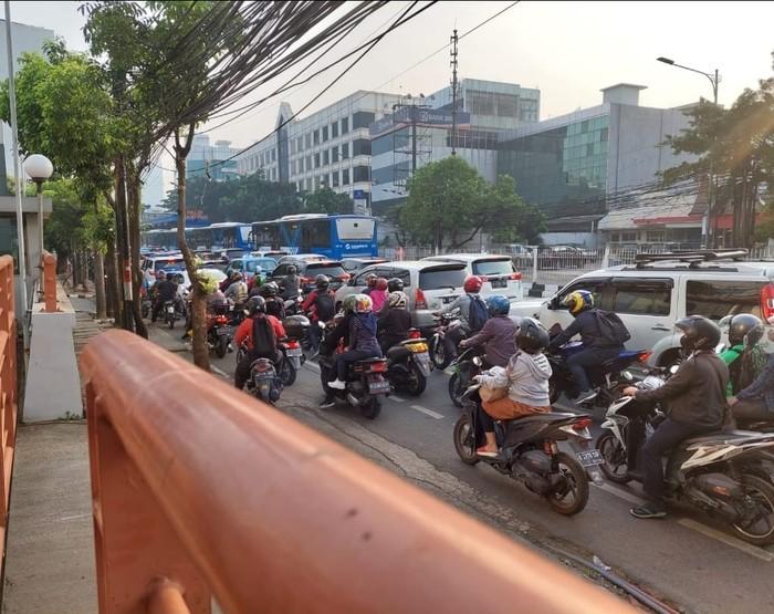 Jl Mampang Prapatan Raya arah Kuningan, Jaksel macet, 15 Juli, 08.30 WIB. (Dok Istimewa)