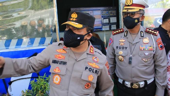 Kapolda Jateng Irjen Ahmad Luthfi di pos penyekatan perbatasan Jateng-Jatim di Blora, Kamis (15/7/2021).