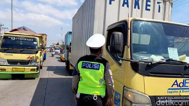 Lalu lintas di pos penyekatan Brebes Barat, Brebes, Kamis (15/7/2021).