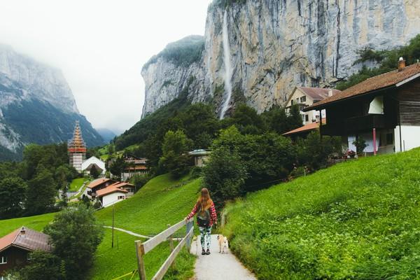 Arti dari nama Lauterbrunnen adalah banyak mata air. Tidak sekedar nama saja, di sini ada 72 air terjun lho. Salah satu yang menakjubkan adalah air terjun Staubbach dengan tinggi 300 meter.