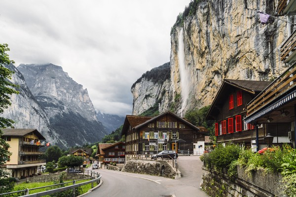 Berpadunya desa dan keidahan alam di Lauterbrunnen begitu indah bak lukisan. Seperti sedang berada di surganya dunia!