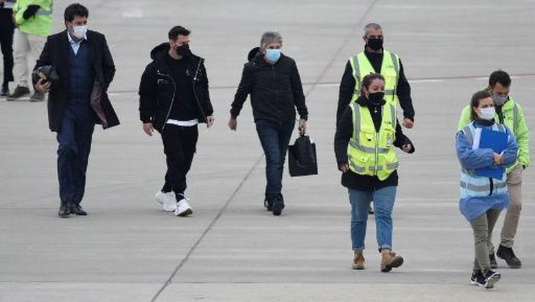 Argentinas football player Lionel Messi (2-L) and his father Jorge Messi (R) arrive at the Islas Malvinas airport in Rosario, Santa Fe province, Argentina, on July 13, 2021, after making his visa arrangements in the US Embassy to travel to Miami on vacation. (Photo by STR / AFP)
