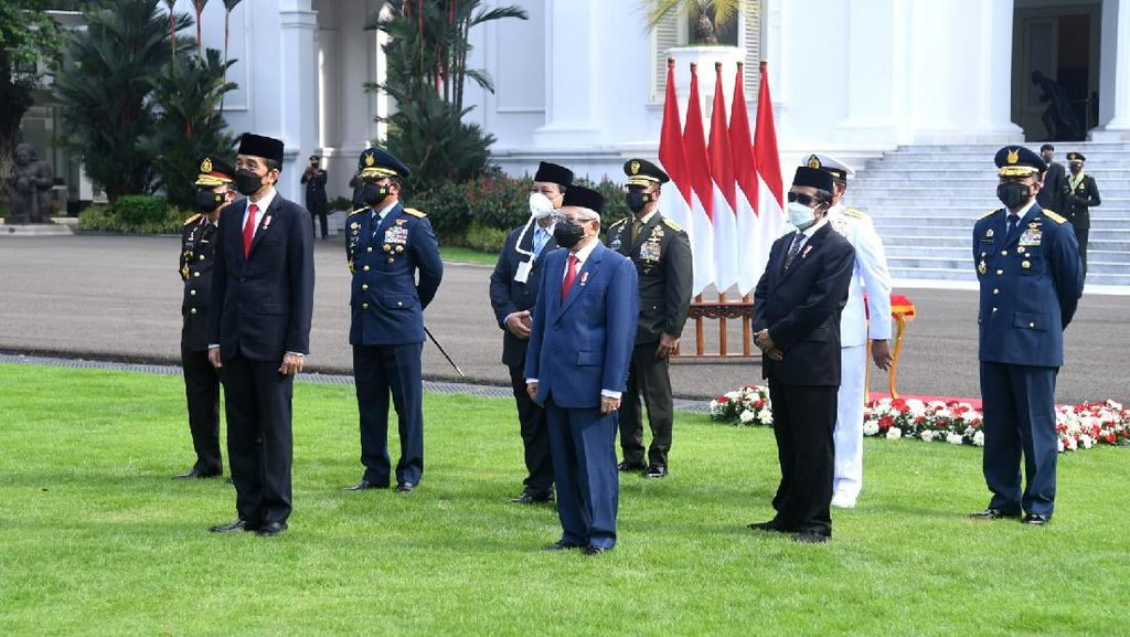 Masker Berselang Prabowo di Istana Curi Perhatian, Ini Penjelasannya