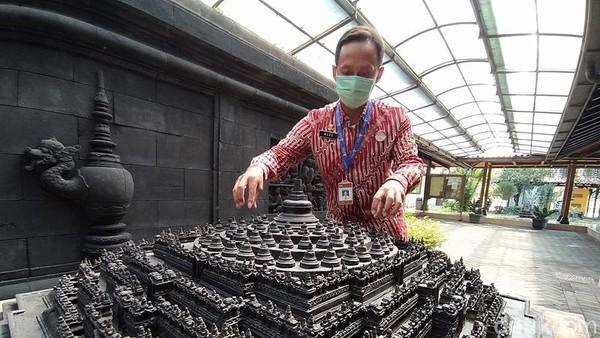 Sebagai tukang sapu Candi Borobudur, Mura cukup banyak berinteraksi dengan tamu turis bule. Saat libur kerja hari Minggu, dia memberanikan diri jadi guide. Modalnya cuma kamus bahasa Inggris seharga Rp 12.000 yang dia beli di tahun 1999. (Eko Susanto/detikTravel)