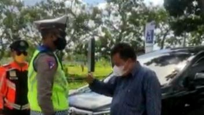 Anggota DPRD NTB dari Fraksi PAN Najamuddin Mustafa terlibat cekcok dengan petugas pos penyekatan di Mataram, Kamis (15/7/2021).