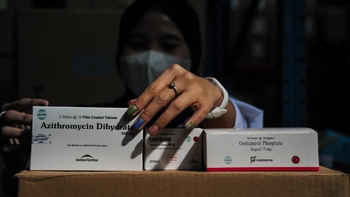 Petugas menyiapkan obat COVID-19 di gudang instalasi farmasi Dinas Kesehatan Kota Bandung, Jawa Barat, Kamis (15/7/2021). Mulai hari ini, Pemerintah Pusat resmi membagikan sebanyak 300.000 paket obat gratis berupa multivitamin, Azithtromycin, dan Oseltamivir bagi pasien COVID-19 yang menjalani isolasi mandiri di Pulau Jawa dan Bali. ANTARA FOTO/Raisan Al Farisi/hp.