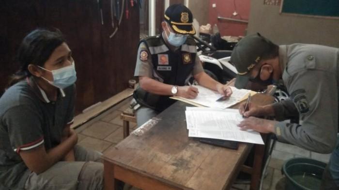Sebanyak 34 pedagang makanan di Kabupaten Pasuruan terjaring operasi yustisi PPKM Darurat. Di mana 12 di antaranya disidang Tipiring dengan denda hingga Rp 5 juta.