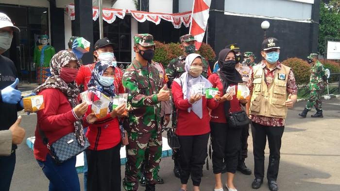 Pangdam Jaya Mayjen TNI Mulyo Aji  membagikan paket obat COVID-19 untuk warga isolasi mandiri (isoman)