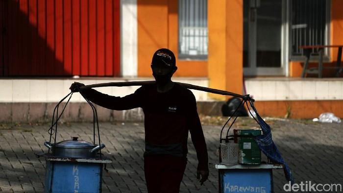 Melonjaknya kasus virus Corona dan pemberlakukan PPKM Darutat berdampak pada pedagang kecil di Bekasi. Meski penghasilan menurun, mereka mencoba tetap bertahan.