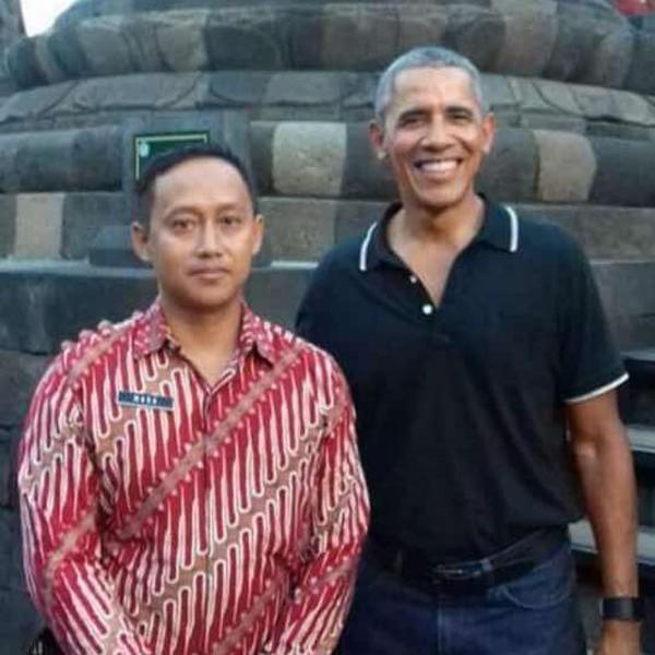 Puncaknya ketika Mura dipercaya mendampingi Barack Obama sewaktu dia liburan ke Indonesia beberapa tahun lalu. Berangkat dari tukang sapu dan sempat jadi satpam, kini Mura tercatat sebagai salah satu staf Balai Konservasi Borobudur (BKB). (Mura Aristina/Istimewa)