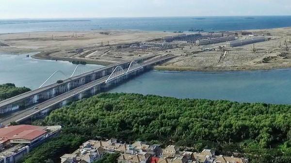 Menurut salah satu analisis data landsat, setidaknya sudah ada 1.185 hektar lahan buatan di sepanjang pantai. Tri Aljumanto/detikcom.