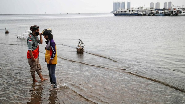 Itu ditambah dengan penyedotan air tanah tanpa ampun dengan pompa air. Data menunjukkan, sekitar 40 persen luas tanah Jakarta berada di bawah permukaan laut saat ini. Pradita Utama/detikcom.