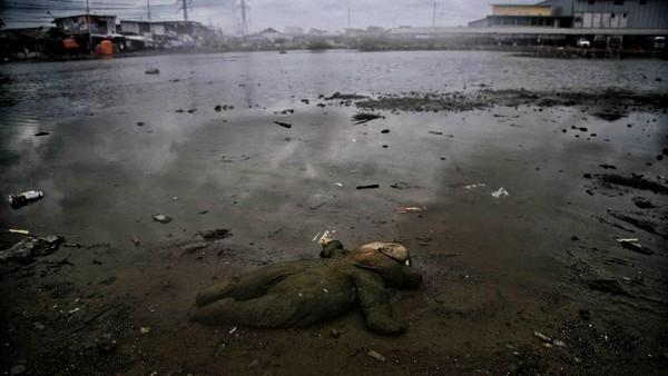 Menyempit atau tersumbatnya saluran sungai dan kanal oleh sedimen dan sampah juga turut mempercepat penurunan tanah Jakarta. Pradita Utama/detikcom.