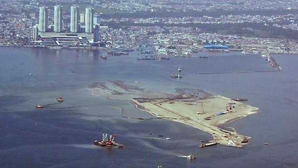 NASA menunjukkan data bahwa sejak dulu Jakarta menjadi langganan banjir. Sejak tahun 1990, banjir besar di Jakarta rutin terjadi dalam beberapa tahun. Bentang alam di dataran rendah dan adanya sungai besar yang boleh dibilang selalu meluap kala banjir, Jakarta menjadi sangat akrab dengan banjir. Pool/Birosetpres/Agus Suparto.
