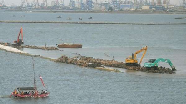 Dari landsat tahun 1990 dan 2019 terlihat munculnya lahan buatan dan pembangunan di perairan Teluk Jakarta. Agung Pambudhy/detikcom.
