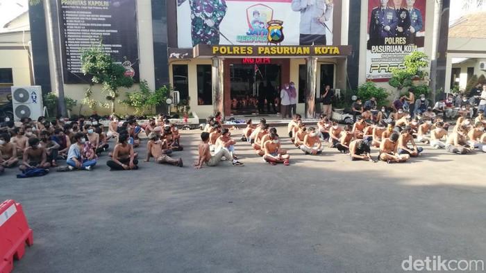 Ratusan remaja turun ke jalan di Kota Pasuruan. Mereka bikin onar dan melempari petugas dan pos polisi.