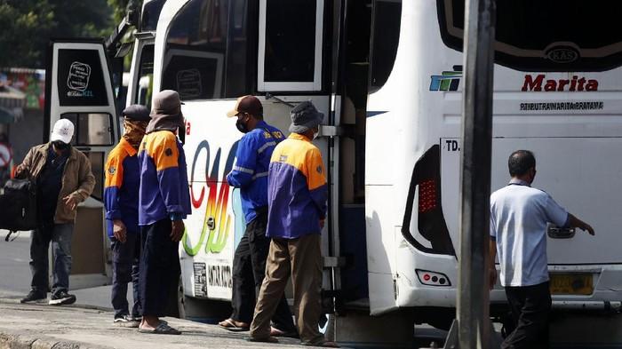 Terminal Kampung Rambutan mengalami penurunan jumlah penumpang saat pemberlakuan PPKM Darurat. Penurunan itu berpengaruh terhadap nasib porter di terminal tersebut.