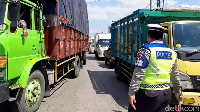 Sehari menjelang penutupan pintu masuk Jawa Tengah, jalur pantura di Kabupaten Brebes tampak dipadati kendaraan truk barang atau logistik.