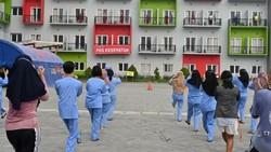 Di tengah tingginya lonjakan kasus COVID-19 di Indonesia, membuat para dokter muda menjadi garda terdepan untuk merawat dan mengobati para pasien.