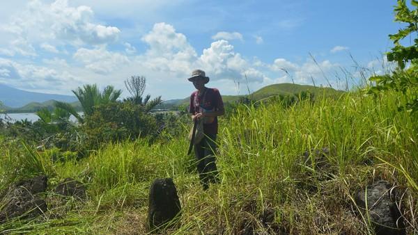 Pada masa prasejarah, puncak bukit atau tempat yang tinggi dianggap sebagai tempat sakral, dipercaya sebagai tempat tinggal roh nenek moyang. Ini situs megalitik Khulutiyauw