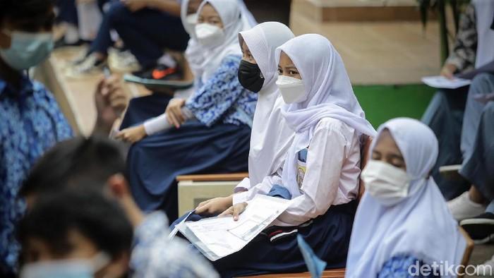 Program vaksinasi untuk para pelajar SMP dan SMA terus dikebut. Hari ini salah lokasi vaksinasi untuk anak berada di SMA 38, Lenteng Agung, Jakarta Selatan.
