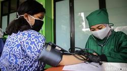 Program vaksinasi untuk para pelajar SMP dan SMA terus dikebut. Hari ini salah satu lokasi vaksinasi berada di SMA 38, Lenteng Agung, Jakarta Selatan.