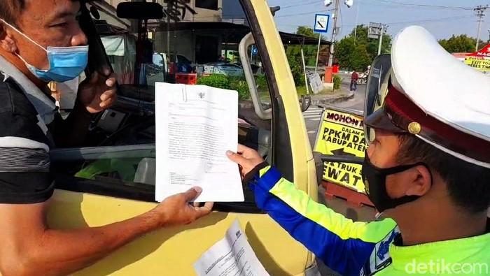 Akses masuk ke Jawa Tengah ditutup selama PPKM Darurat. Sejumlah kendaraan terpaksa putar balik di pos penyekatan yang ada di wilayah Brebes.