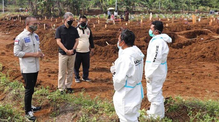 Sekjen PAN Eddy Soeparno memberikan bantuan kepada petugas pemakaman COVID-19. Hal ini karena kerja mereka yang berat akibat tingginya angka kematian.