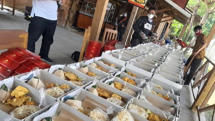 Berbagi lewat seporsi soto kuali untuk warga isolasi mandiri